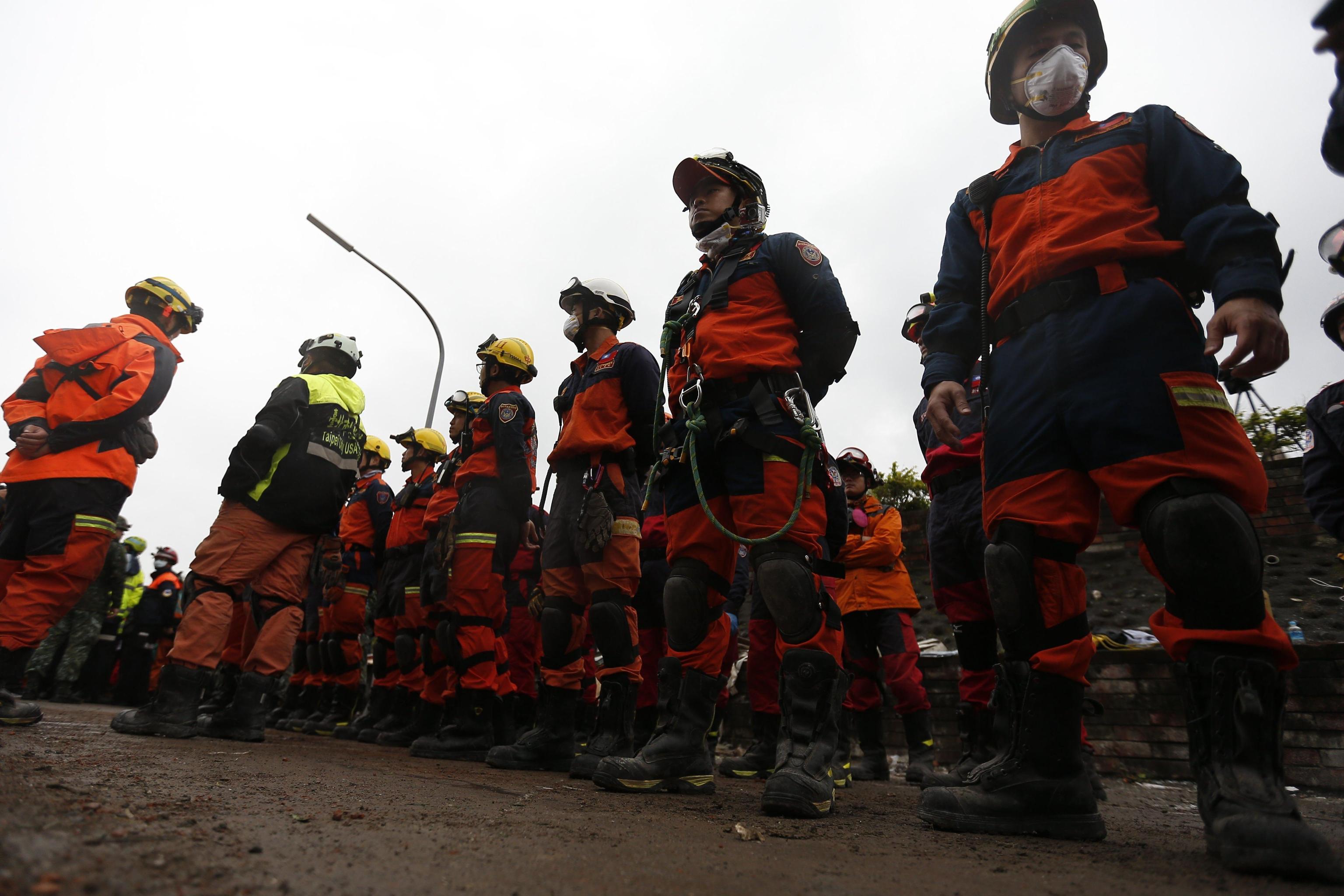 I soccorritori all'opera per salvare i superstiti