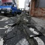 L'asfalto distrutto intorno alle abitazioni