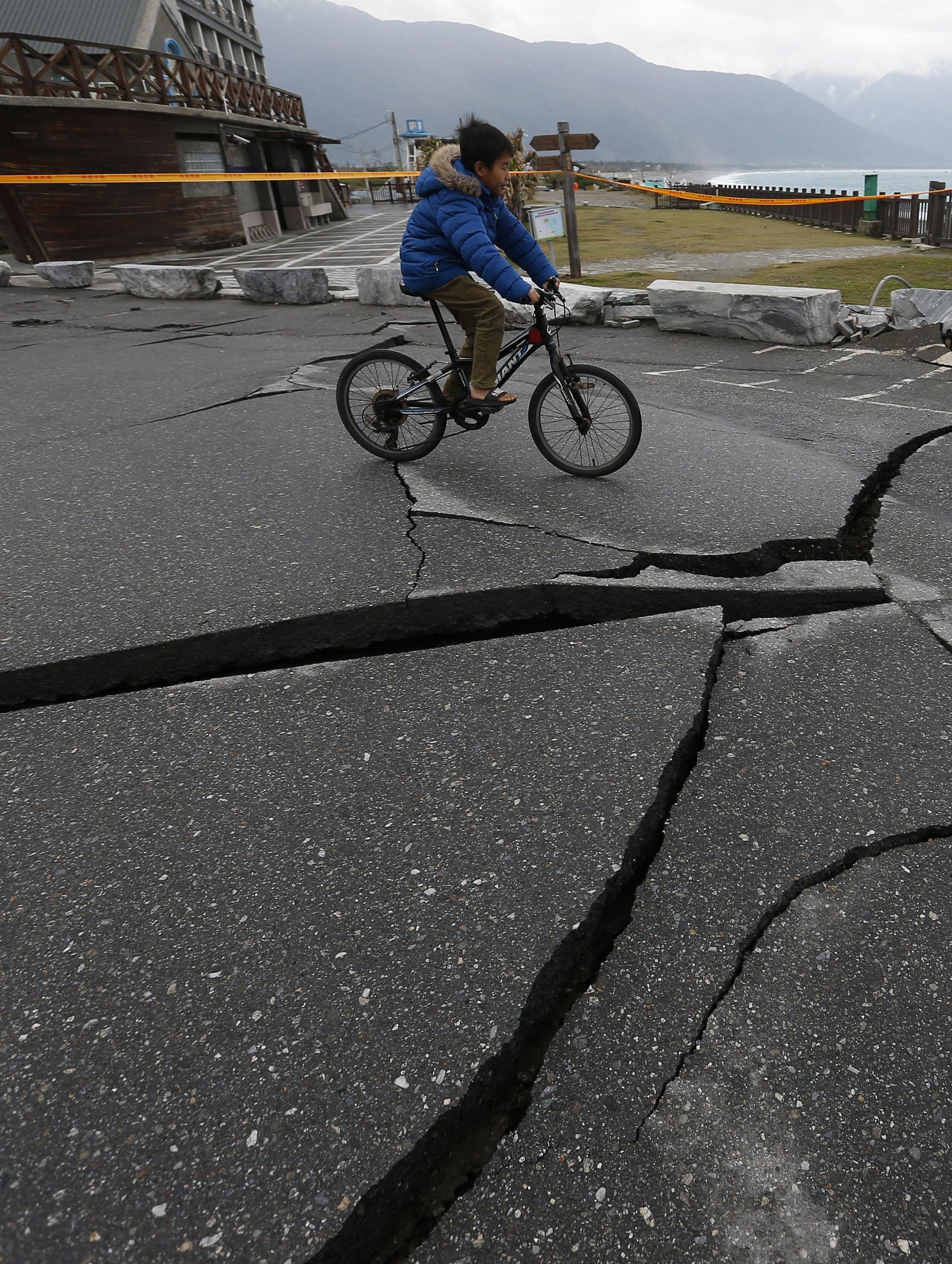 I bambini in bicicletta schivano l'asfalto distrutto