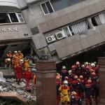I soccorritori entrano negli edifici distrutti per salvare i superstiti