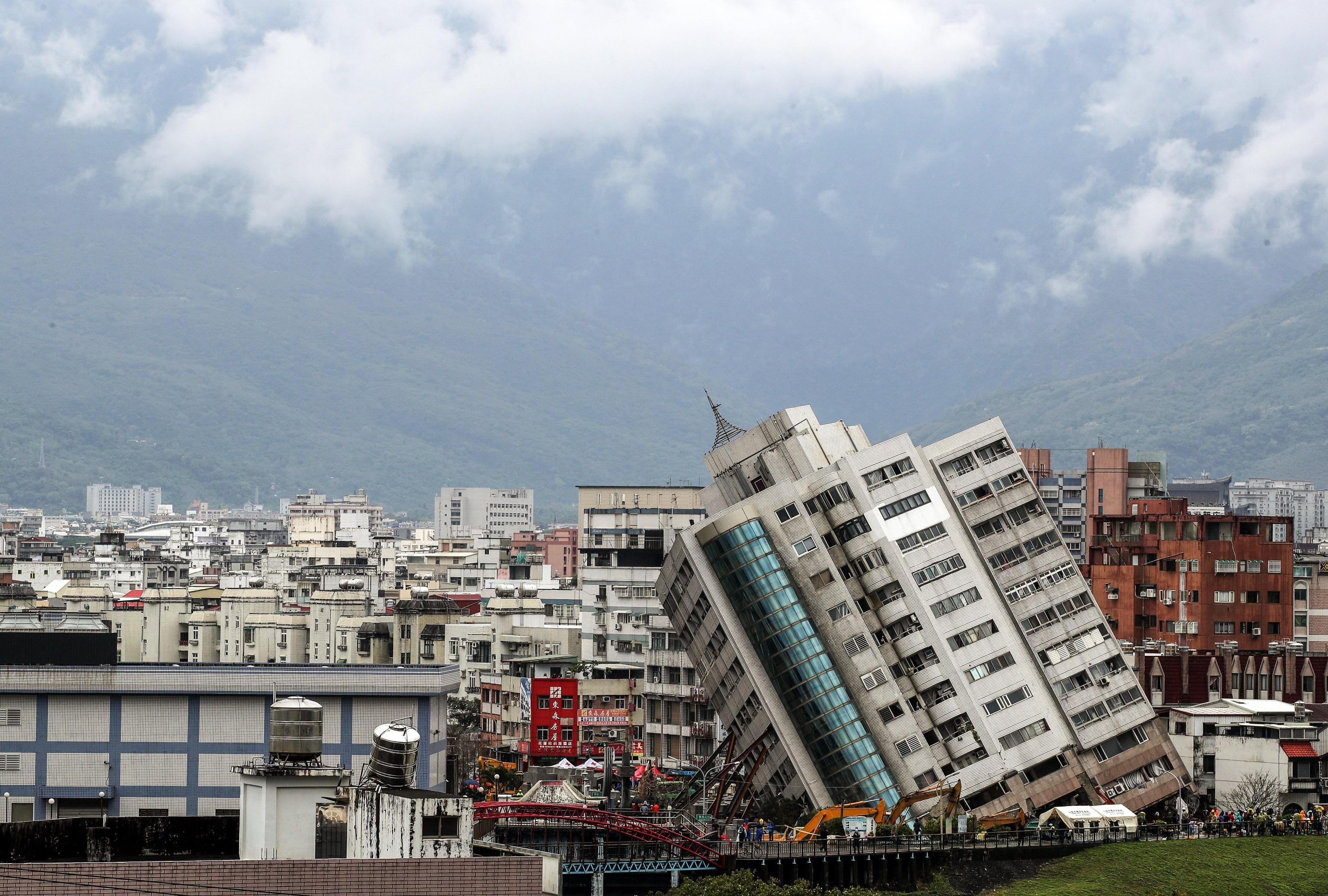 Gli edifici distrutti dal terremoto che ha scosso Taiwan