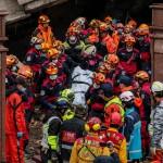 I vigili del fuoco e i soccorritori estraggono le prime vittime