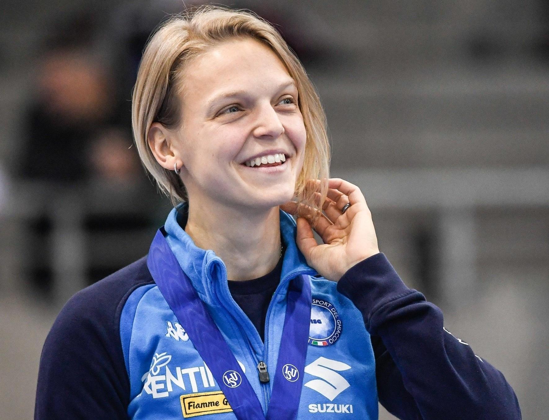 Arianna Fontana, qui con la medaglia d'oro al collo vinta nei 1000 metri short track agli Europei di Dresda