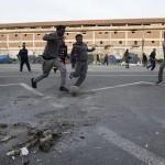 Migranti che giocano a pallone nella tendopoli a Tiburtina