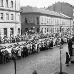 La folla attende il passaggio del cosmonauta in un città sovietica