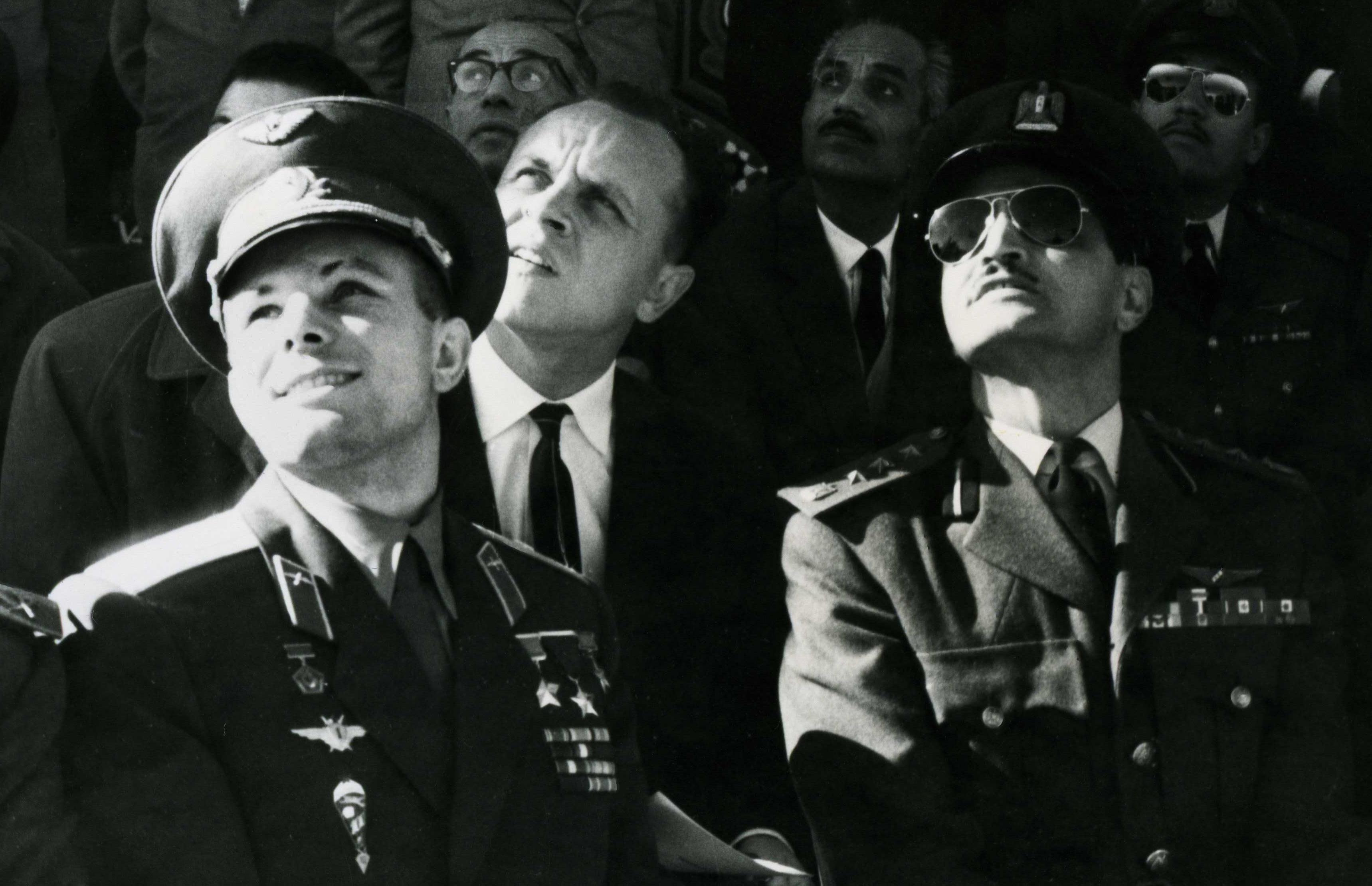 Jurij Gagarin osserva una volo dimostrativo al Cairo. Dopo il viaggio spaziale divenne quasi un ambasciatore sovietico nel mondo