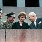 Il presidente sovietico Khrushchev con i cosmonauti Gagarin, Tereshkova (prima donna nello spazio) e Popovich