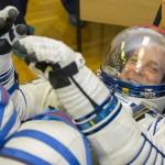 L'astronauta della NASA Richard Arnold in tuta spaziale sorride in attesa del lancio