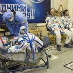 I membri dell'equipaggio vengono aiutati dagli specialisti prima di salire sulla Soyuz