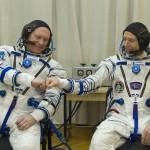 L'astronauta Andrew Feustel e il cosmonauta Oleg Artemyev si fanno forza a vicenda