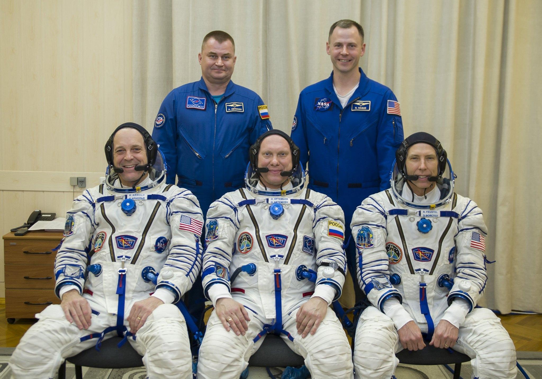 I membri dell'equipaggio posano per una foto di gruppo