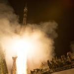 La navicella si stacca da terra: inizia il viaggio spaziale dei tre membri dell'equipaggio