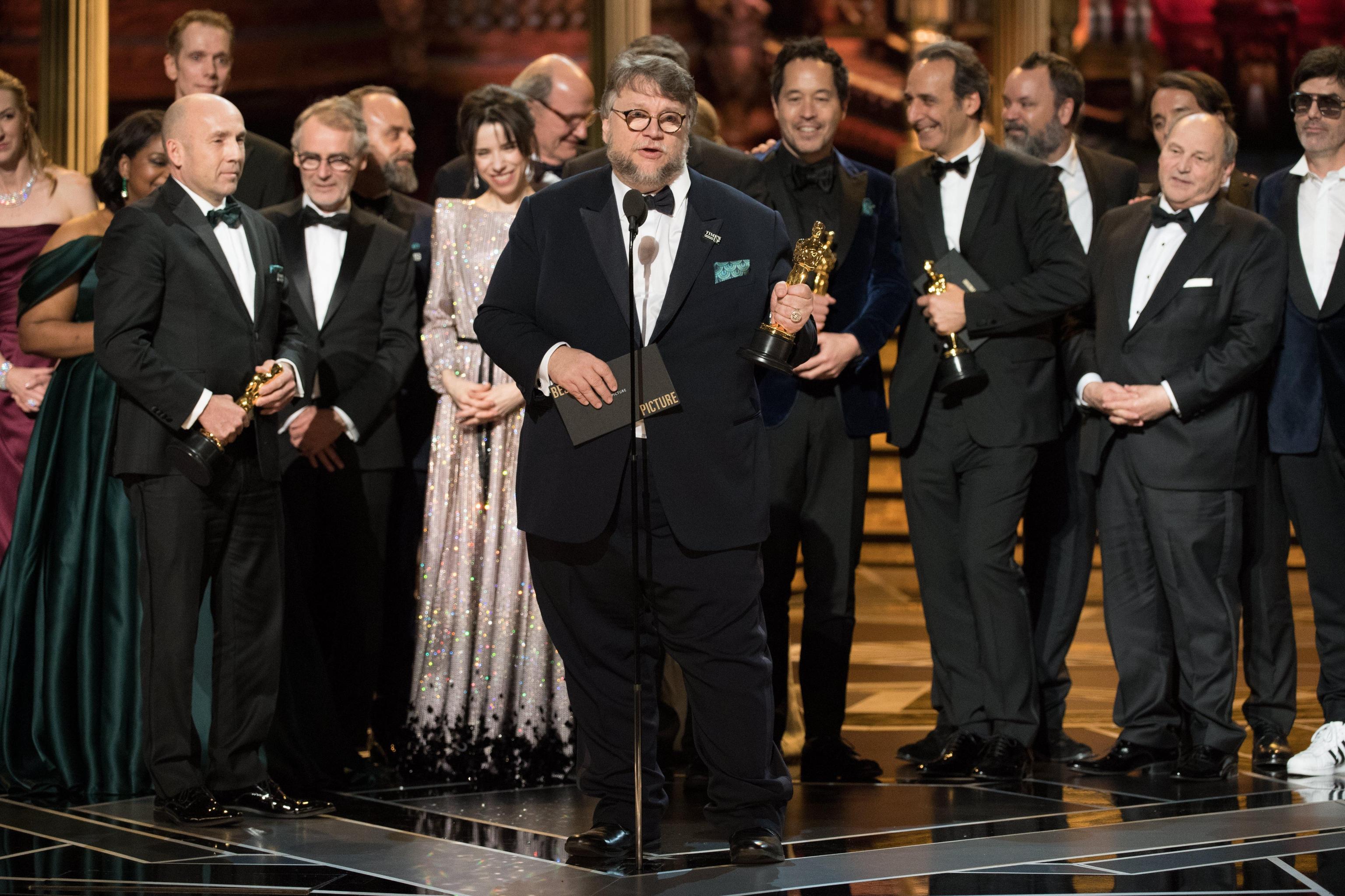 """Il cast e il regista de """"La forma dell'acqua"""" ritirano il premio per il miglior film. La pellicola ha incassato anche i riconoscimenti per miglior regia, miglior scenografia e miglior colonna sonora"""