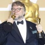 """Guillermo del Toro bacia la statuetta d'oro ottenuta per la miglior regia (""""La forma dell'acqua"""")"""