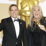 """Lee Unkrich e Darla K. Anderson posano in sala stampa dopo aver vinto con """"Coco"""" nella categoria miglior film d'animazione. Il lungometraggio ha conquistato anche il premio per la miglior canzone originale"""