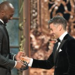 "Oscar Isaac consegna a Kobe Bryant l'Oscar per ""Dear Basketball"", miglior corto d'animazione"