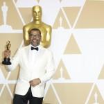 """Jordan Peele in posa dopo aver ricevuto il riconoscimento per la miglior sceneggiatura originale (""""Get out - Scappa"""")"""