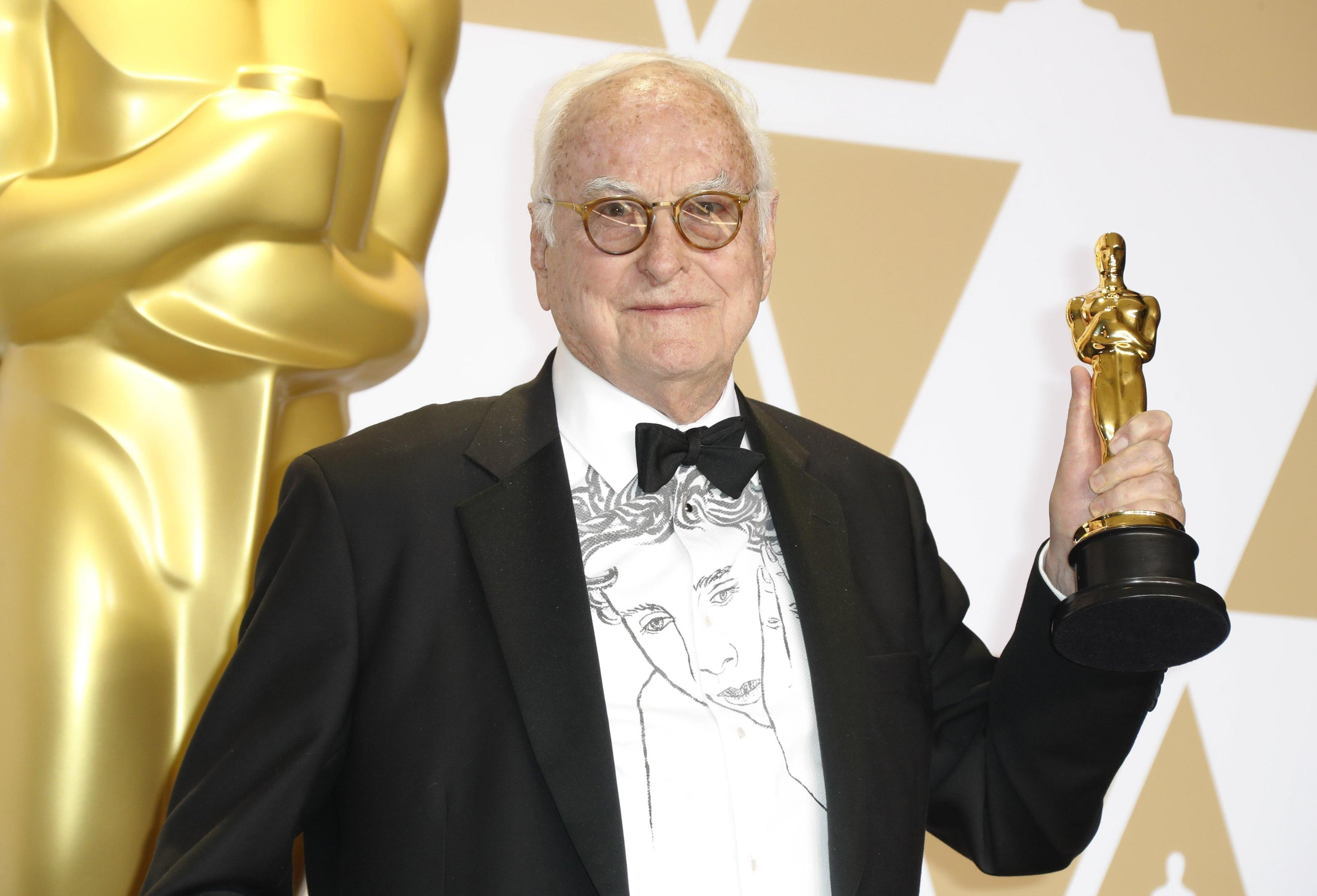"""James Ivory mostra il premio conquistato per la miglior sceneggiatura non originale grazie al film """"Chiamami col tuo nome"""" di Luca Guadagnino"""