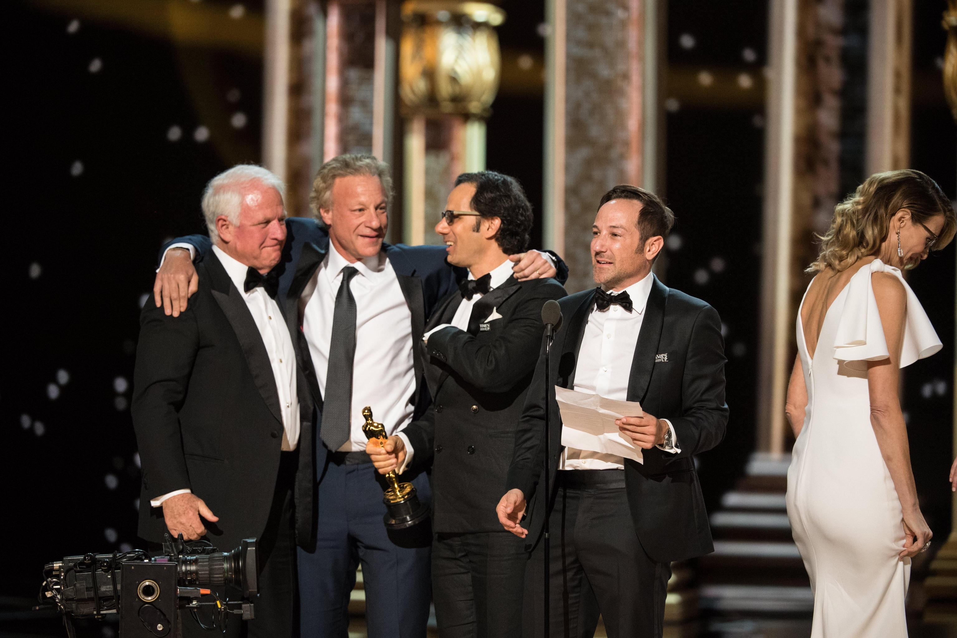 """Jim Swartz, David Fialkow, Dan Cogan e Bryan Fogel accettano il riconoscimento per il miglior documentario, """"Icarus"""""""