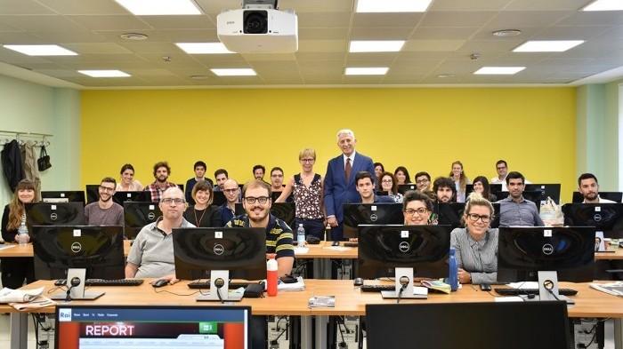 Milena Gabanelli in una foto di gruppo con il direttore Carlo Chianura e i praticanti durante il seminario tenuto al Master in giornalismo