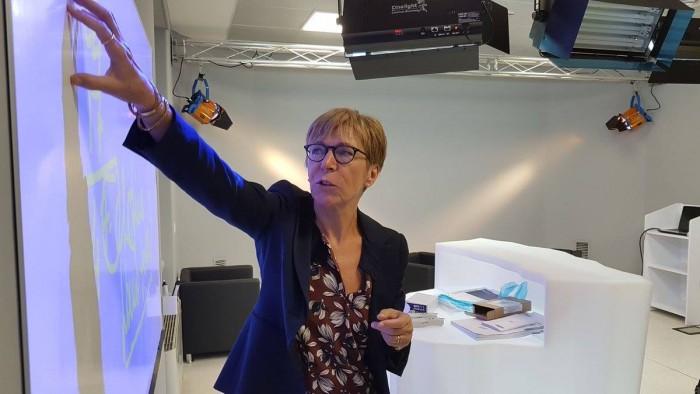 Milena Gabanelli prova il videowall del nuovo studio televisivo del Master