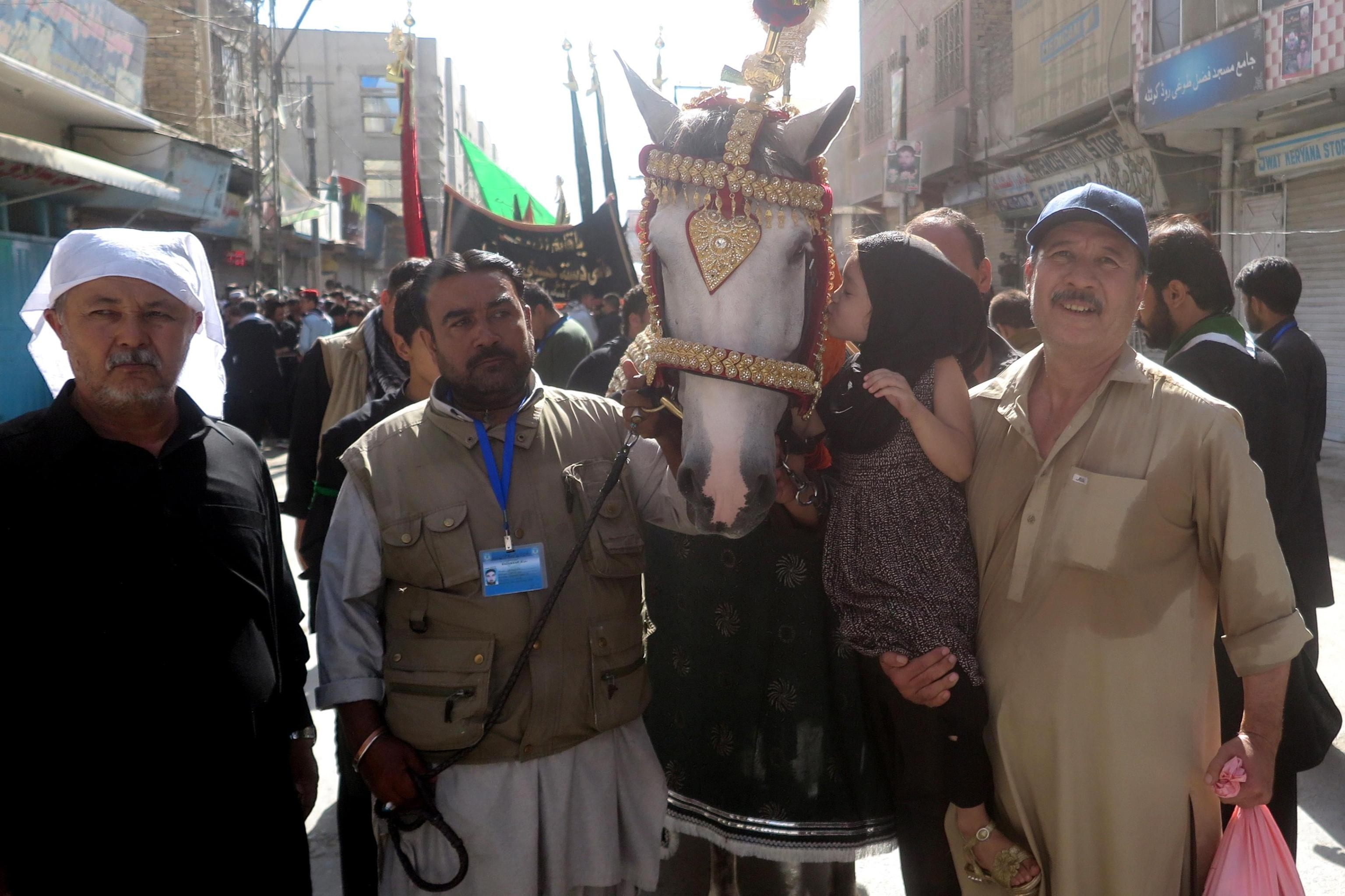 """A Quetta, in Pakistan, i musul si radunano attorno a """"Zuljinah"""", che simboleggia il cavallo dell'Imam Hussein"""
