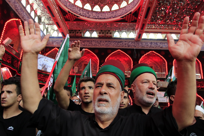 In Iraq i musulmani sciiti durante le commemorazioni alla moschea dove è stato sepolto l'Imam Hussein, a Karbala