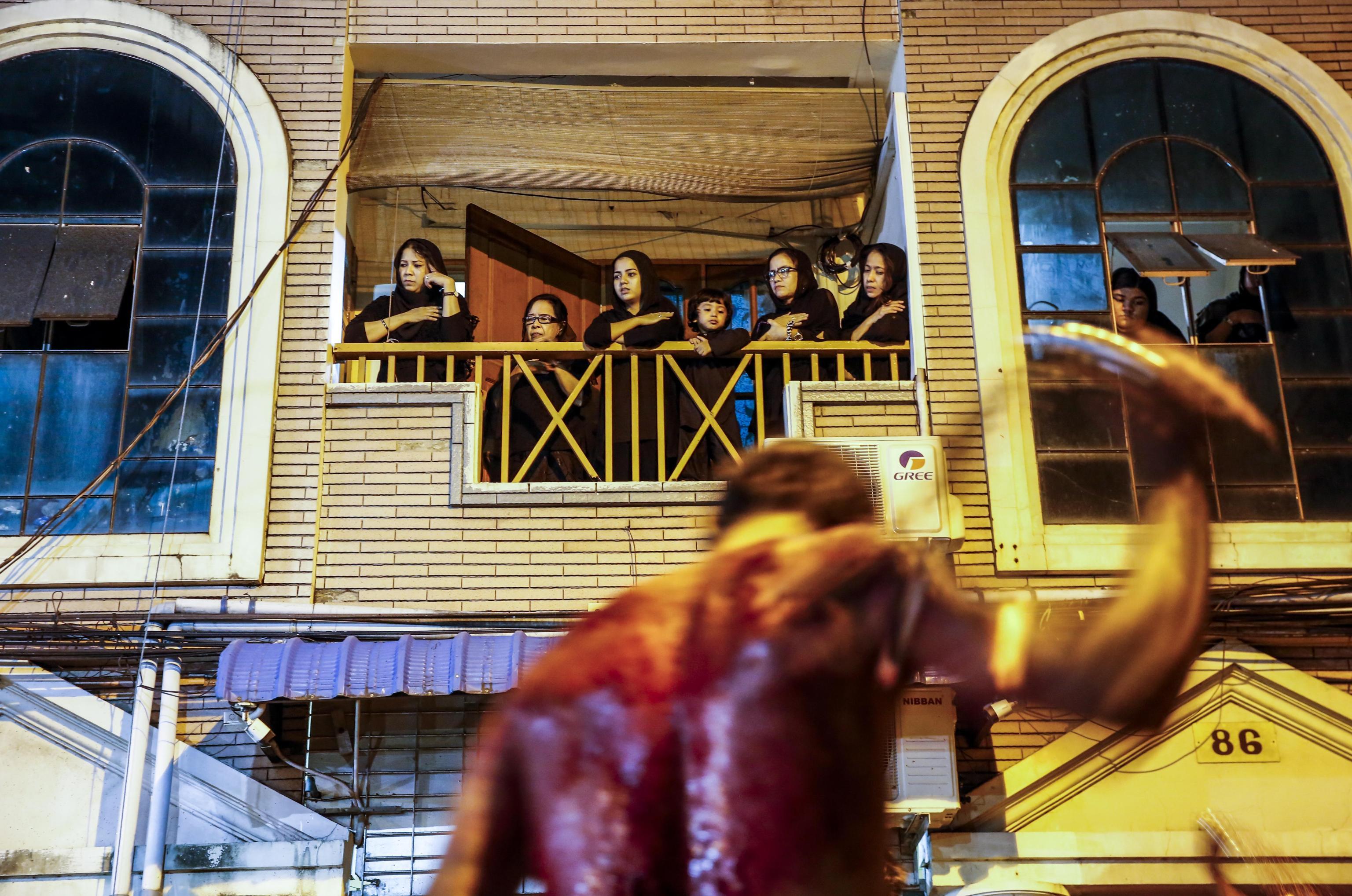 Un uomo si flagella per ricordare il martirio dell'Imam Hussein