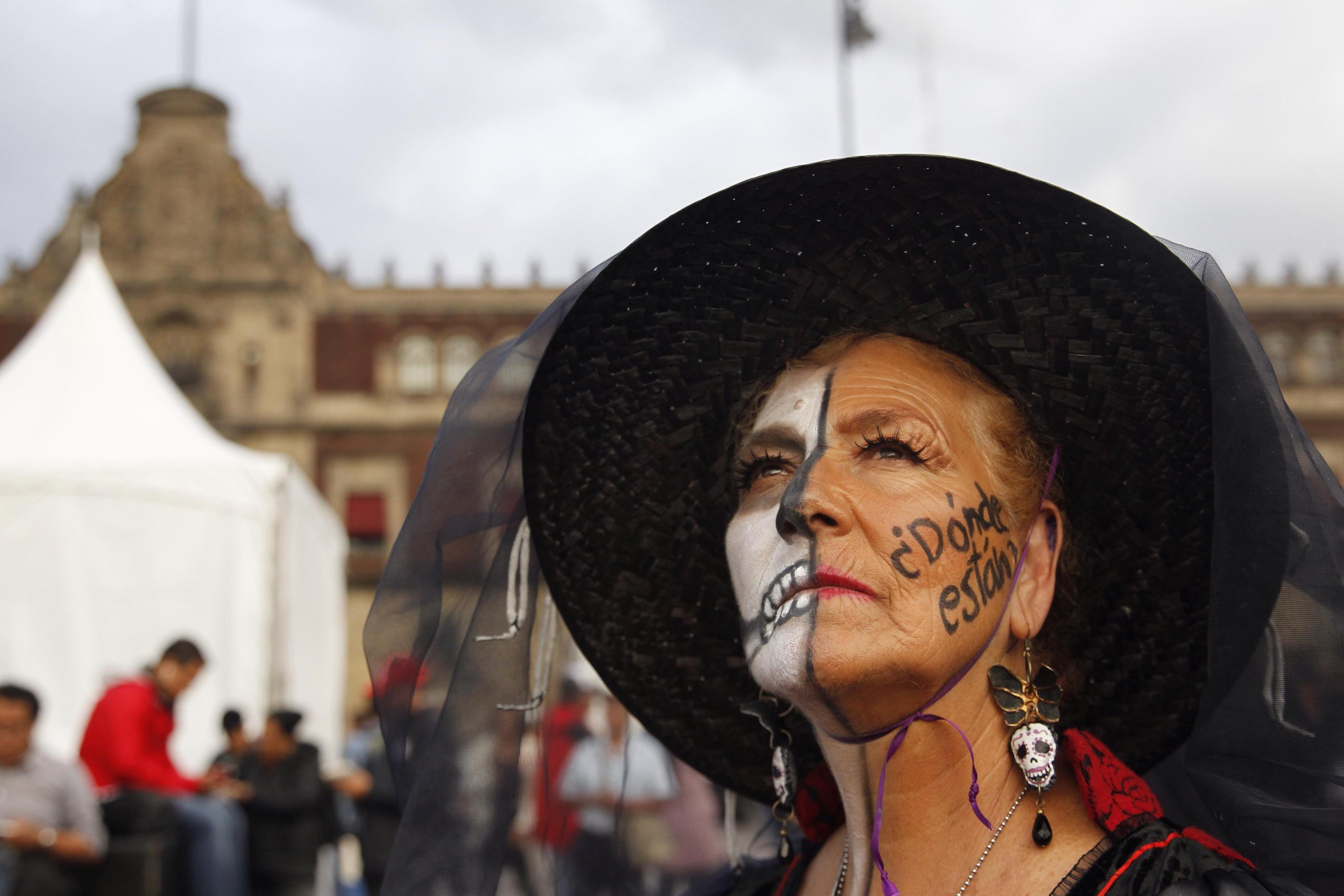 """Una manifestante con la scritta sul volto: """"Dove sono?"""""""
