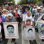 La manifestazione con le foto dei volti degli studenti scomparsi