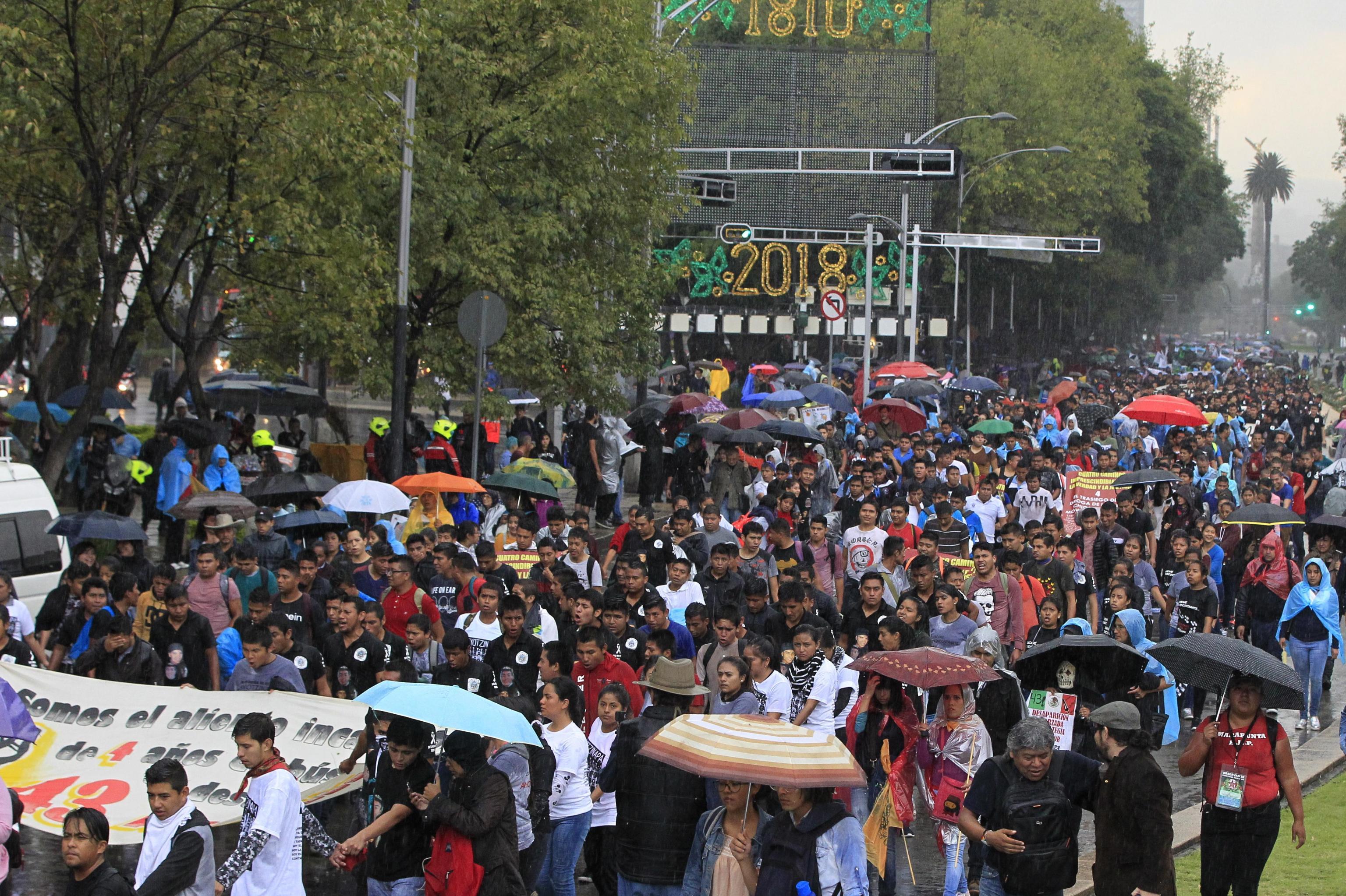 Il lungo corteo sfila nelle strade centrali di Città del Messico