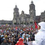 I familiari e i conoscenti dei quarantatré studenti messicani scomparsi quattro anni fa manifestano a Città del Messico