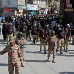 La polizia controlla il percorso della processione a Quetta