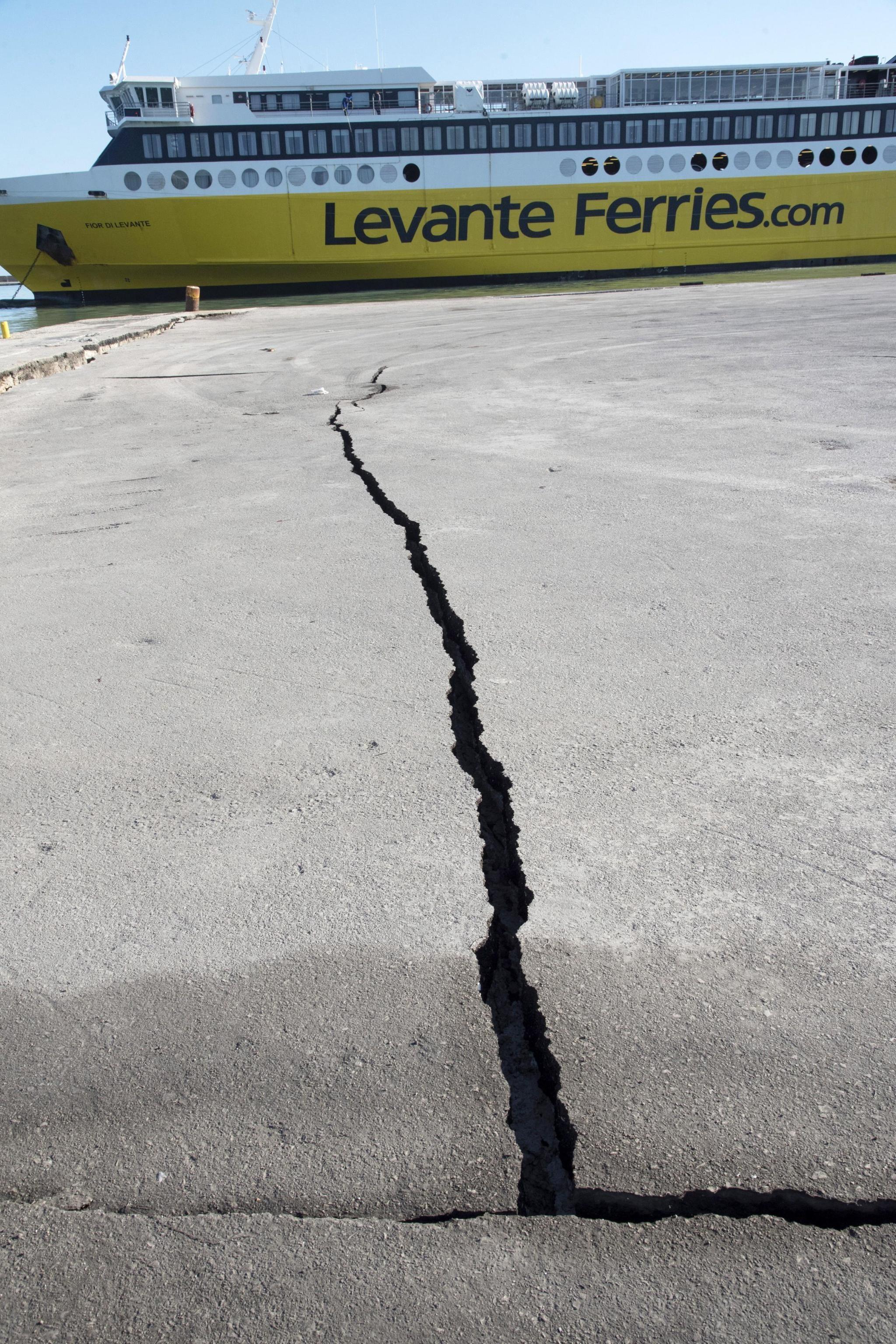 Sisma in Grecia provoca spaccature nel terreno