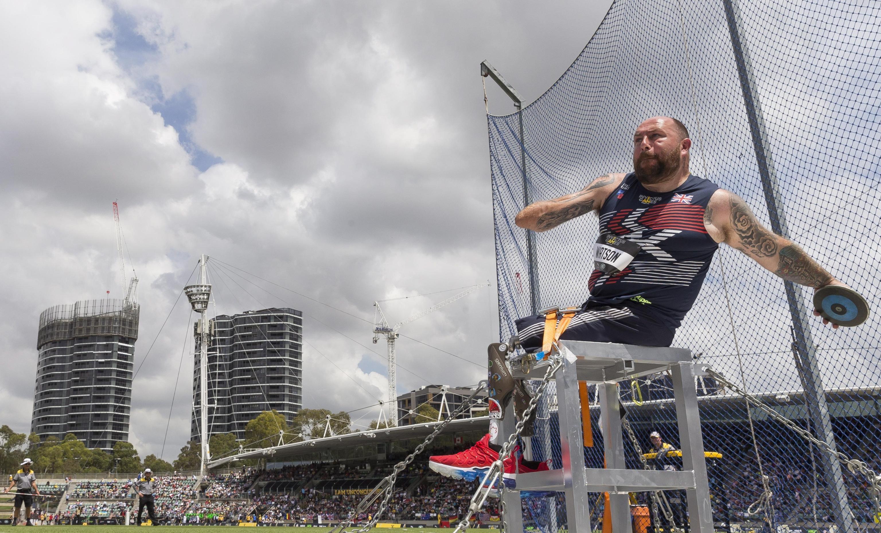 Lo statunitense David Watson con un bel gesto atletico si prepara al lancio del disco