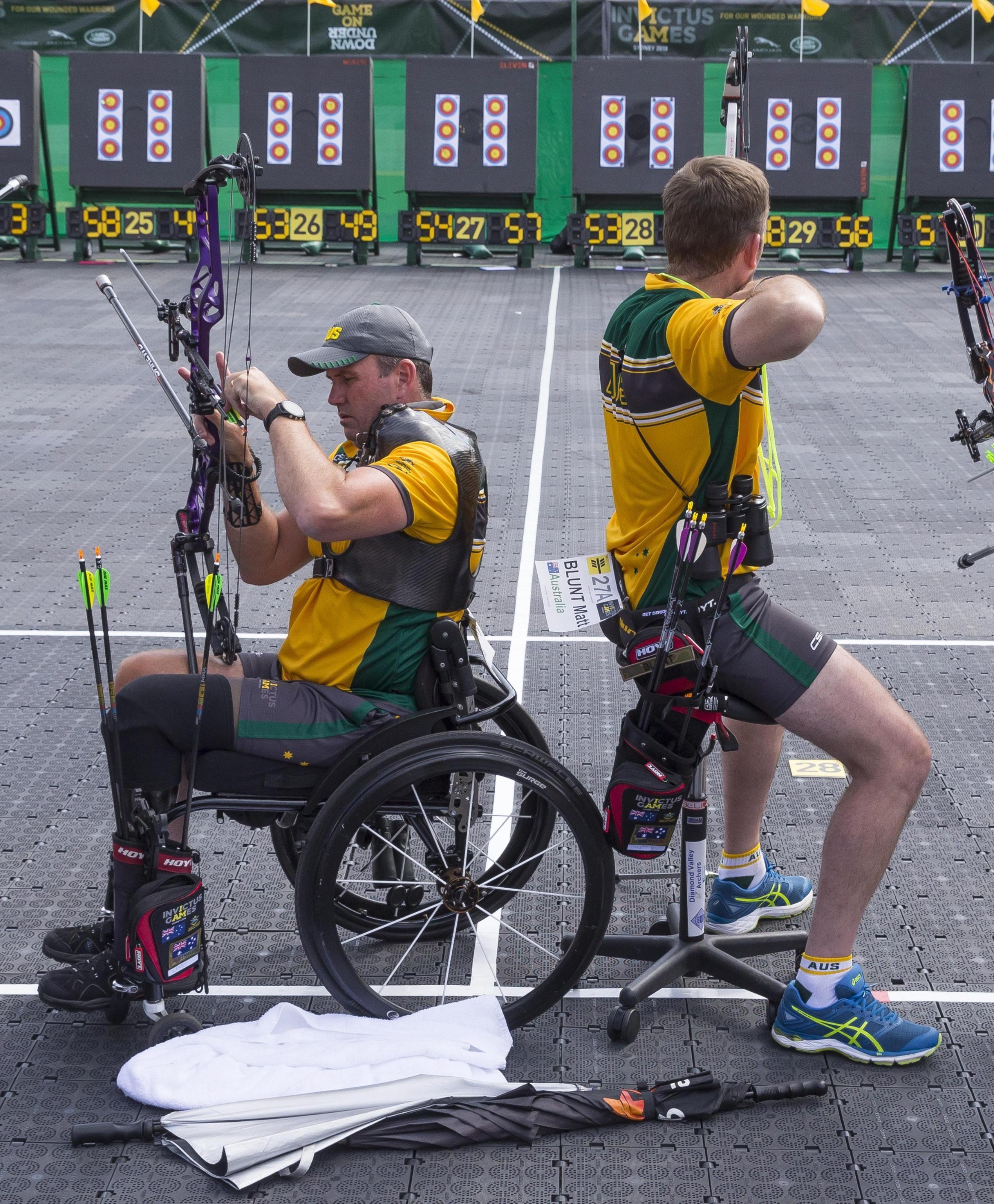 La squadra australiana di tiro con l'arco prepara il tiro durante gli Invictus Games 2018