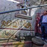 Il direttore generale del Parco archeologico di Pompei, Massimo Osanna mostra gli affreschi del Giardino Incantato