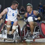 Lo statunitense Sebastian Lopez e il francese Mickael Pradalier si scontrano durante la partita di bronzo durante una gara di rugby su sedia a rotelle degli Invictus Games di Sydney