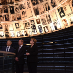 Angela Merkel viene ricevuta nella Sala del Ricordo nel Museo dell'Olocausto Yad Vashem a Gerusalemme