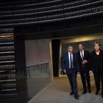 Angela Merkel accompagnata nella Sala del Ricordo nel Museo dell'Olocausto Yad Vashem a Gerusalemme,
