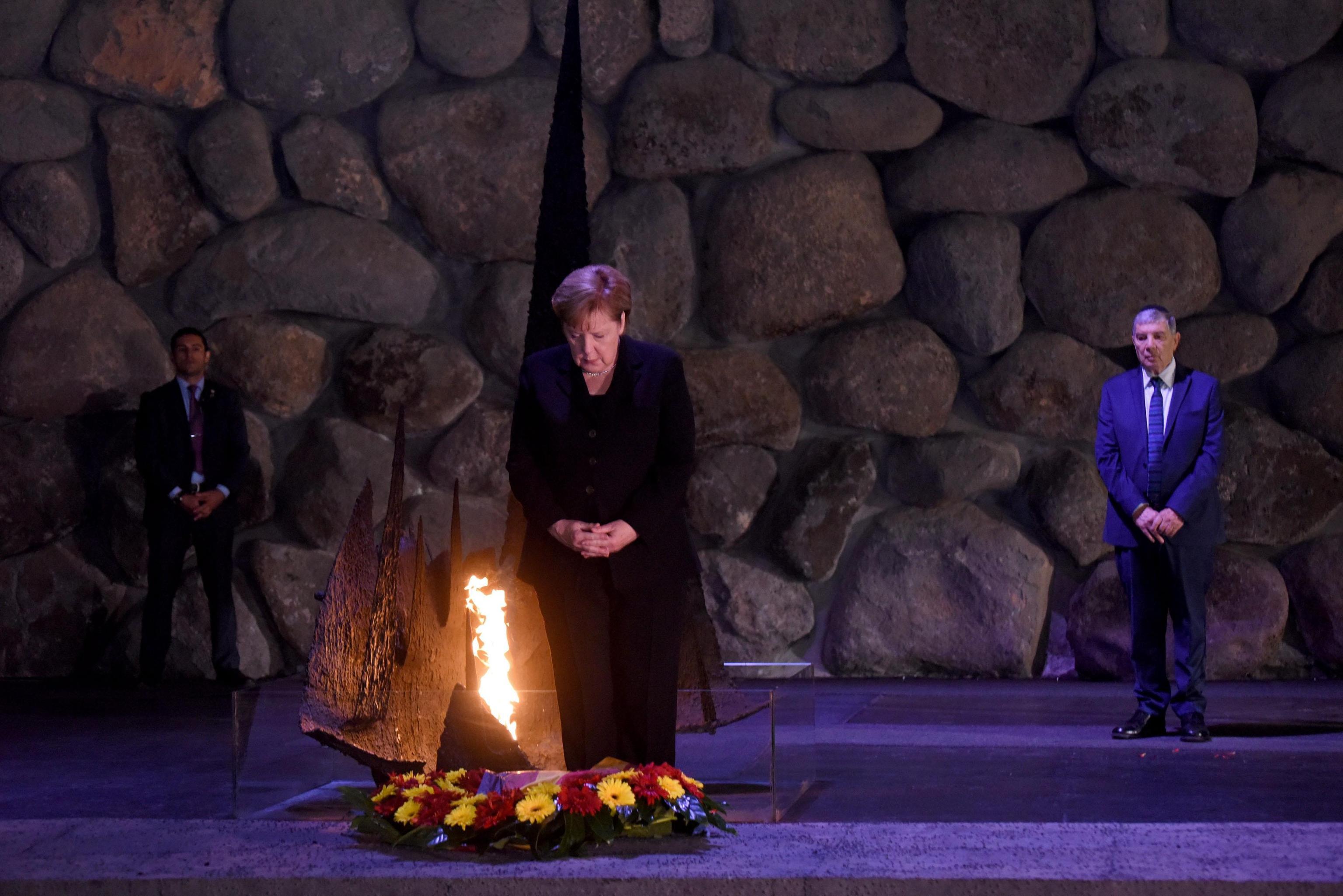 Angela Merkel dopo aver lasciato la corona in ricordo delle vittime dell'Olocausto