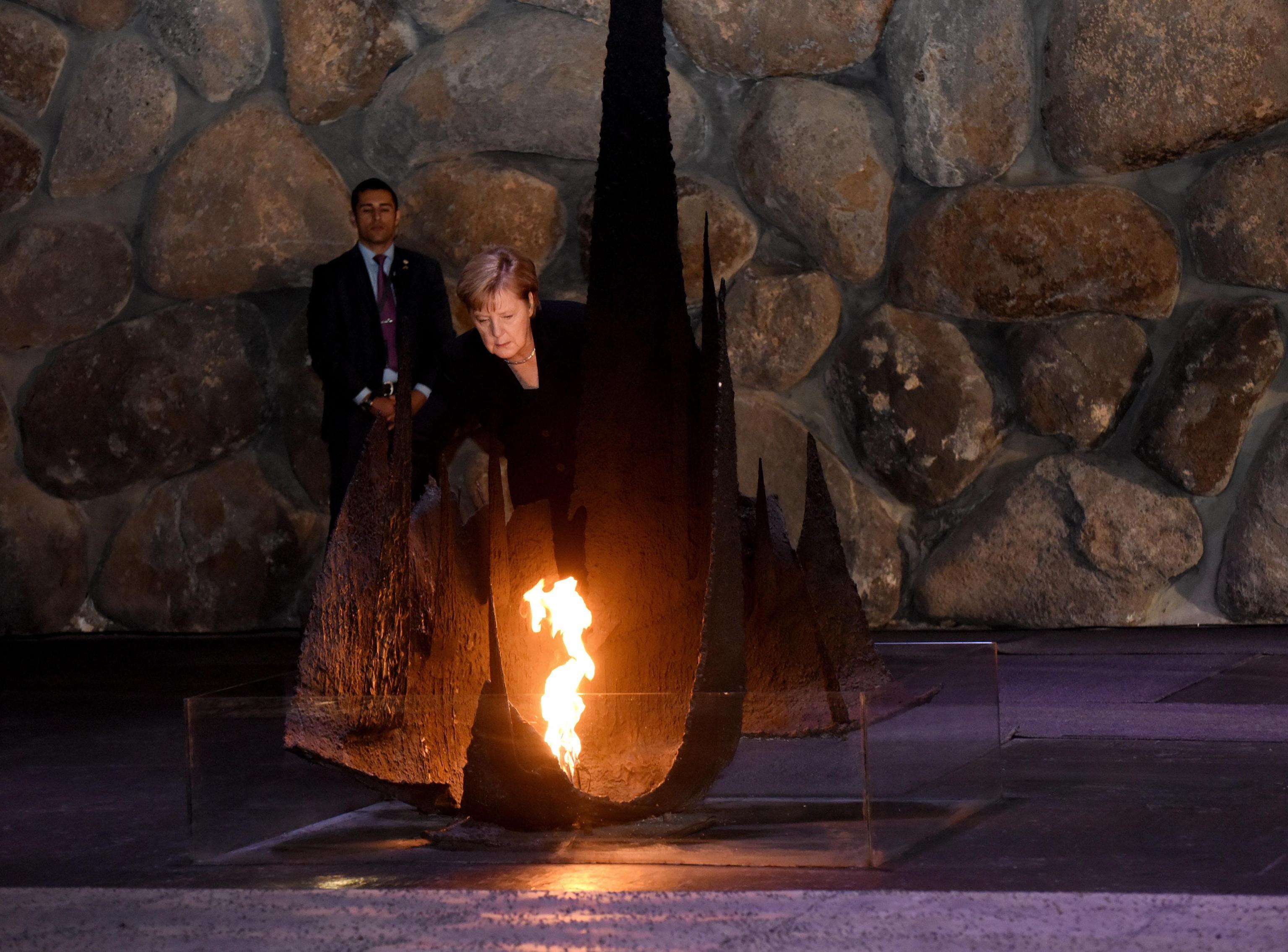 Angela Merkel depone una corona nella Sala del Ricordo nel Museo dell'Olocausto Yad Vashem