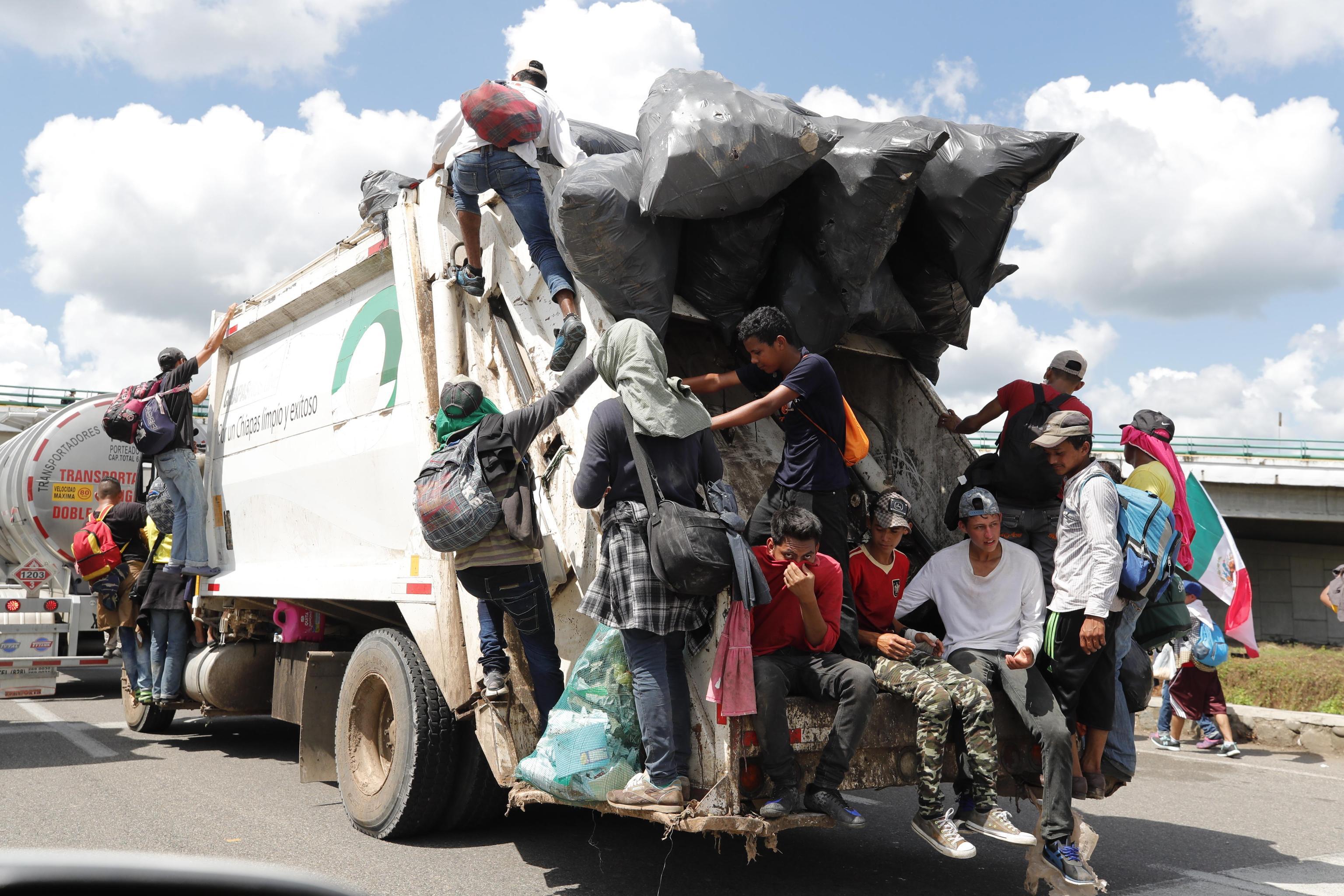 Migranti honduregni sui mezzi di fortuna lungo il percorso verso gli Stati Uniti