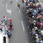 Membri della Croce Rossa consegnano l'acqua ai migranti honduregni
