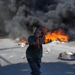 Un bambino si protegge il capo durante le proteste