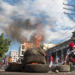Barricate fatte di pneumatici vengono date alle fiamme