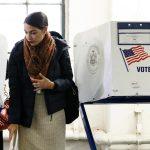 Alexandria Ocasio-Cortez dopo aver votato. La ventinovenne, volto nuovo del Partito democratico, ha sconfitto il candidato repubblicano diventando la più giovane donna mai eletta al Congresso