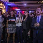 I sostenitori democratici gioiscono dopo i primi exit-poll nel quartier generale del partito