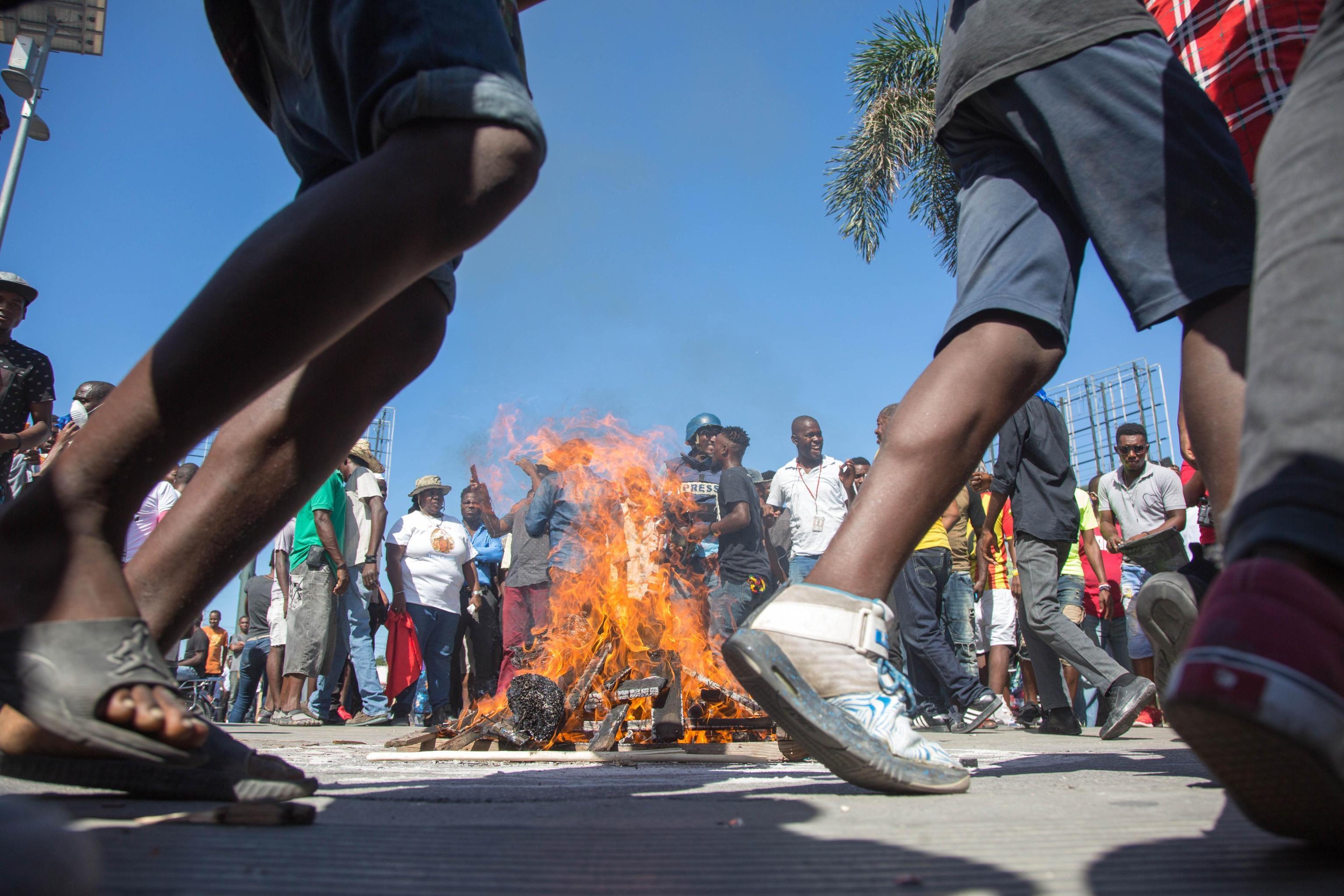 Alcune persone danzano intorno alle barricate infuocate