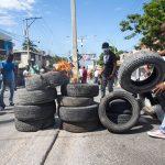 Altre barricate vengono costruite con degli pneumatici